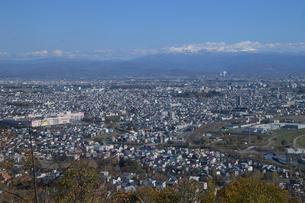 大雪山連峰をのぞむ旭川市内の写真素材 [FYI03272834]
