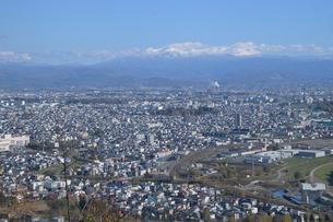 大雪山連峰をのぞむ旭川市内の写真素材 [FYI03272838]