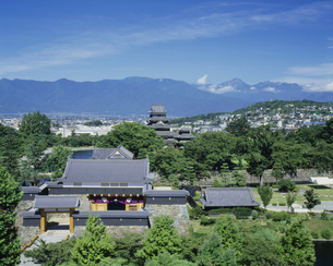 太鼓門と松本城の写真素材 [FYI03273420]
