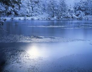 凍る三角(みすみ)池の写真素材 [FYI03273576]