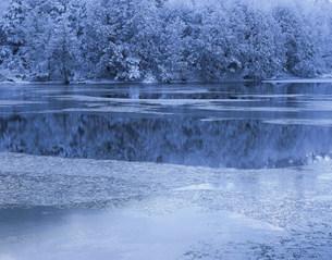 霧氷と三角池の写真素材 [FYI03273589]