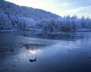 霧氷と三角池の写真素材 [FYI03273603]