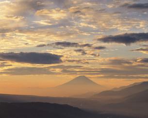 高ボッチより望む朝焼け雲と富士の写真素材 [FYI03273734]