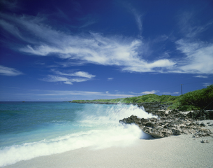 西平安名岬と波の写真素材 [FYI03273900]