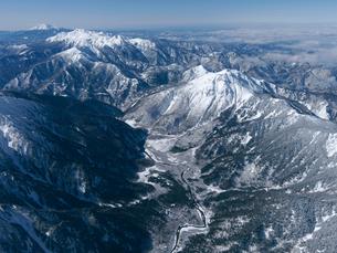 冬の上高地と焼岳.乗鞍岳.御嶽山の写真素材 [FYI03274009]