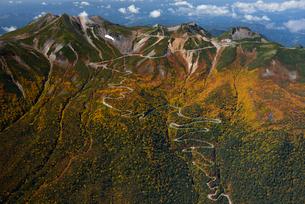 秋色の乗鞍岳とエコーラインの写真素材 [FYI03274109]
