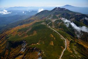 秋色の乗鞍岳と乗鞍スカイラインの写真素材 [FYI03274135]