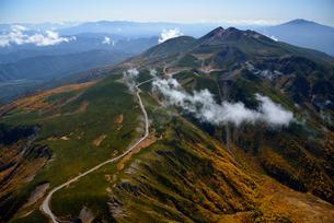 秋色の乗鞍岳と乗鞍スカイラインの写真素材 [FYI03274136]