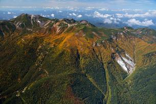 秋色の乗鞍岳とエコーラインの写真素材 [FYI03274137]