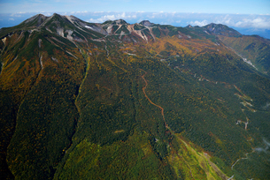 秋色の乗鞍岳とエコーラインの写真素材 [FYI03274145]