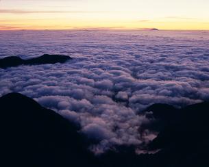 日の出前の雲海の写真素材 [FYI03274176]