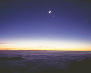 日の出前の雲海と月の写真素材 [FYI03274177]