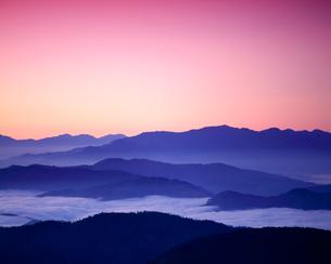 日の出前の雲海と山並みの写真素材 [FYI03274207]