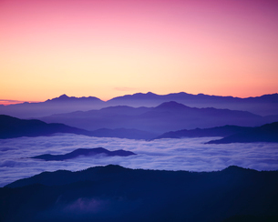 日の出前の雲海と山並みの写真素材 [FYI03274212]