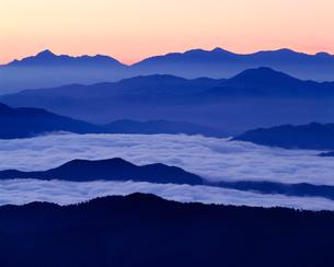 日の出前の雲海と山並みの写真素材 [FYI03274215]