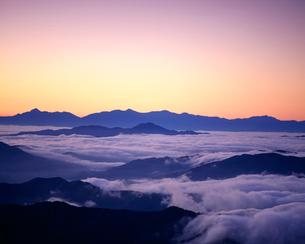 日の出前の雲海と山並みの写真素材 [FYI03274220]