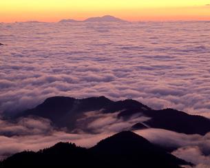日の出前の雲海と浅間山の写真素材 [FYI03274253]