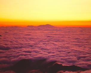 日の出前の雲海と浅間山の写真素材 [FYI03274259]