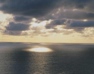 雲間からの光の写真素材 [FYI03274927]