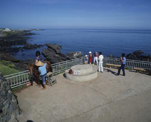 竜頭岩と観光客の写真素材 [FYI03275124]