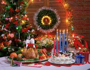 クリスマスケ―キと料理の写真素材 [FYI03275141]