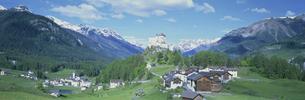 タラスプの城 タラスプ  5月 エンガディン スイスの写真素材 [FYI03275527]