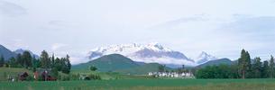 雪山と白い家並クィーンズタウンの写真素材 [FYI03275553]