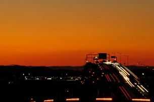 海ほたるパーキングエリアから東京湾アクアラインの夜明けの写真素材 [FYI03278403]