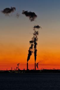 海ほたるパーキングエリアから京葉工業地帯の夜明けの写真素材 [FYI03278405]