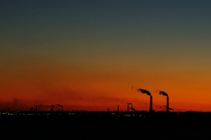 海ほたるパーキングエリアから京葉工業地帯の夜明けの写真素材 [FYI03278428]