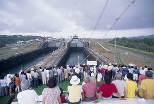 パナマ運河 ガトゥン水門通過の光景の写真素材 [FYI03278466]