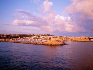 朝日に染まる港の写真素材 [FYI03278474]