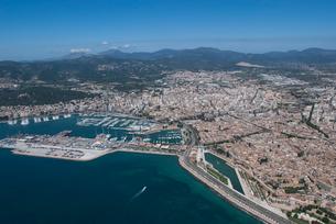 上空からのパルマ・デ・マヨルカ(マジョルカ)の街の風景の写真素材 [FYI03278633]