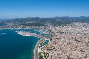 上空からのパルマ・デ・マヨルカ(マジョルカ)の街の風景の写真素材 [FYI03278634]