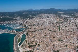上空からのパルマ・デ・マヨルカ(マジョルカ)の街の風景の写真素材 [FYI03278638]