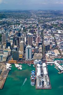 上空からのオークランド(ニュージーランド)の街の風景の写真素材 [FYI03278878]