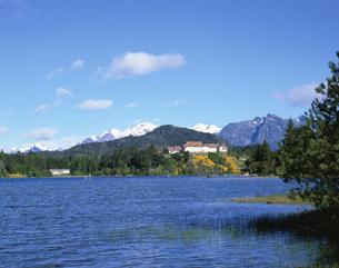 ホテルとナウエル・ウアピ湖 バリローチェの写真素材 [FYI03279955]