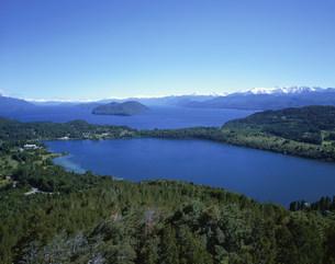 カンパナリオの丘より望む湖を望むバリローチェの写真素材 [FYI03279956]