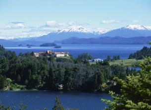 ナウエル・ウアピ湖とアンデス山の写真素材 [FYI03279990]
