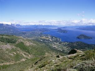 ナウエル・ウアピ湖とアンデス山の写真素材 [FYI03279999]