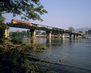 クアイ河鉄橋とイースタンオリエント急行の写真素材 [FYI03280873]