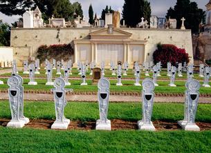 剣型の子供専用の墓地の写真素材 [FYI03280964]