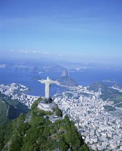 キリスト像とリオデジャネイロの街(航空写真)4月  ブラジルの写真素材 [FYI03281966]