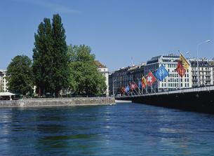 モンブラン橋と万国旗 ジュネーブ スイスの写真素材 [FYI03282090]