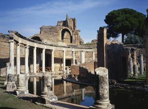 ハドリアヌス帝別荘・海の劇場 イタリアの写真素材 [FYI03282132]