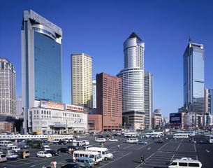 近代ビル立ち並ぶ大連駅前 大連 中国の写真素材 [FYI03282210]