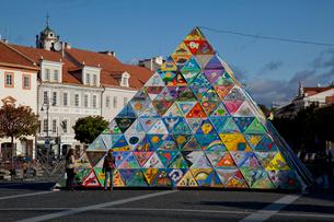 旧市街の市庁舎広場のピラミッドオブジェの写真素材 [FYI03283644]