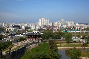 水原華城の訪花隋柳亭より水原市内の写真素材 [FYI03284097]