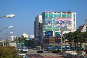 水原鉄道駅前の雑居ビルの写真素材 [FYI03284113]