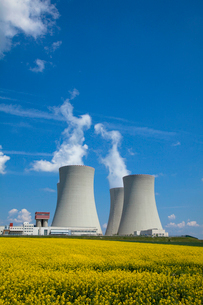 テメリン原子力発電所と菜の花畑の写真素材 [FYI03284189]